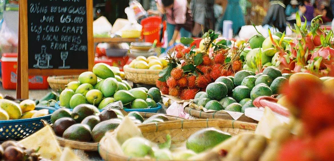 Shoping at local fruit markets to reduce plastic