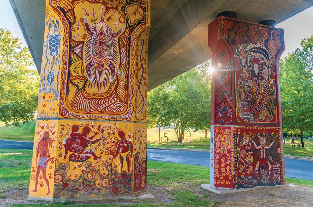 Aboriginal murials painted by indigenous artist Kym Freeman on the Cowra Bridge Pylons