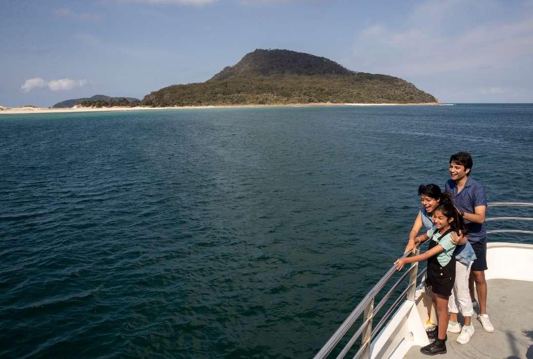 Dolphin watching cruise © Destination NSW